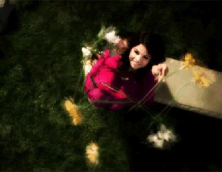 Фото Селена Гомес / Selena Gomez подбрасывает цветы вверх (© Флориссия), добавлено: 17.08.2012 10:47