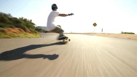 Фото Скейтбордист на горной дороге