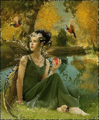 Фото Девушка с крыльями бабочки сидит в лесу у озера и ест яблоко, рядом летают птицы