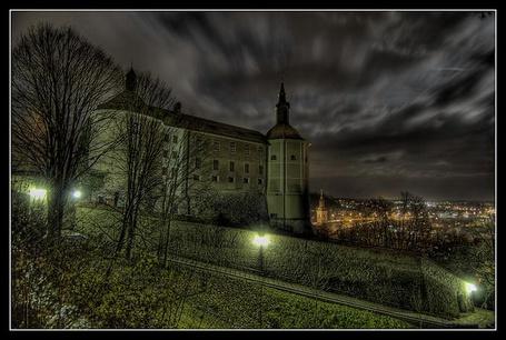 Фото Старый замок на холме, над огнями ночного города (© Natko), добавлено: 20.08.2012 17:28