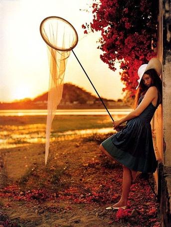 Фото Девушка с сачком для бабочек прислонилась к стене (© Danusha), добавлено: 21.08.2012 15:14