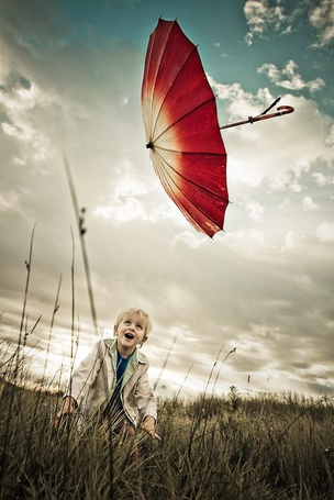 Фото Мальчуган с зонтиком, улетающим в небо (© Anatol), добавлено: 22.08.2012 13:47