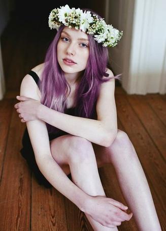 Фото Девушка с фиолетовыми волосами и в венке сидит на полу (© Ariana), добавлено: 25.08.2012 20:59
