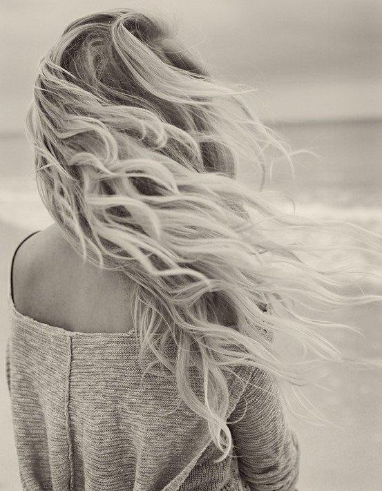 Фото блондинка стоит на берегу моря