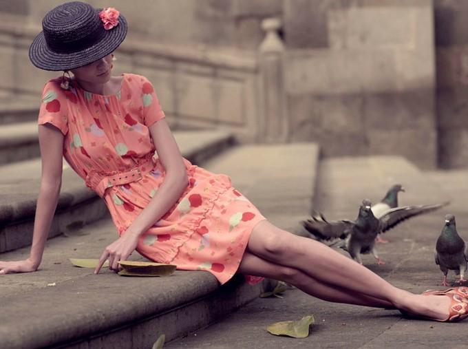 Фото Девушка в шляпе сидит на лестнице в компании голубей, фотограф Xevi Muntane
