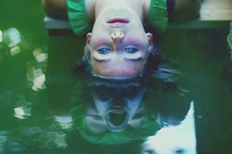 Фото Девушка окунула голову в воду, а в ее отражение жуткая гримаса (© ВалерияВалердинова), добавлено: 01.09.2012 16:05