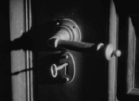 Фото Ключ поворачивается в замочной скважине (© lemon), добавлено: 02.09.2012 15:29