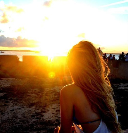 Фото Девушка наблюдает за закатом, сидя на берегу моря (© ВалерияВалердинова), добавлено: 03.09.2012 14:06