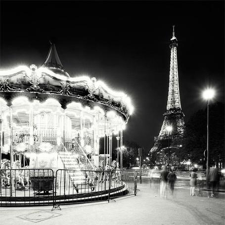 Фото Ночной Eiffel Tower, Paris / Париж, карусель и  Эйфелева башня. Фотограф Мартин Ставарс