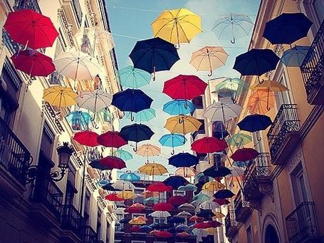 Фото Множество разноцветных зонтов висят на веревках, протянутых между двух домов на улице Аликанте, Испания / Alicante, Spain (© ВалерияВалердинова), добавлено: 06.09.2012 11:18