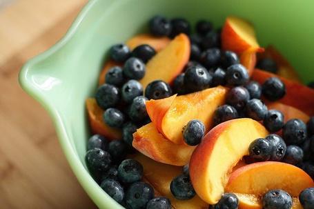 Фото Фруктовый салат из персиков и черники (© Mary), добавлено: 09.09.2012 12:42