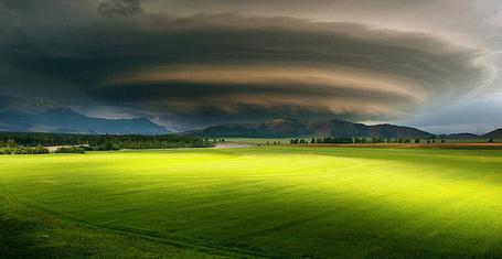 Фото Облака сгущаются над зеленым полем, фотограф Tantandad Noppanun (© Radieschen), добавлено: 23.09.2012 09:49