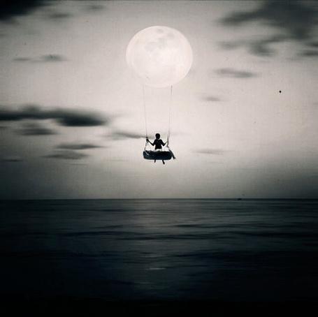 Фото Девушка катается на качелях, прикрепленных к луне (© ВалерияВалердинова), добавлено: 28.09.2012 15:30