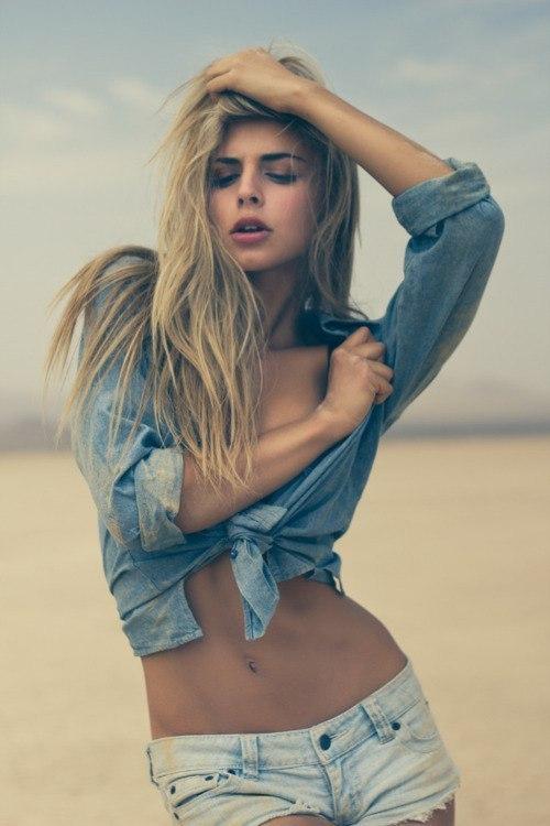 Фото красивая блондинка в джинсовой