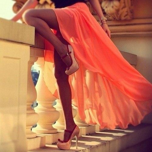 Фото девушек с красивыми ножками в красивых платьях