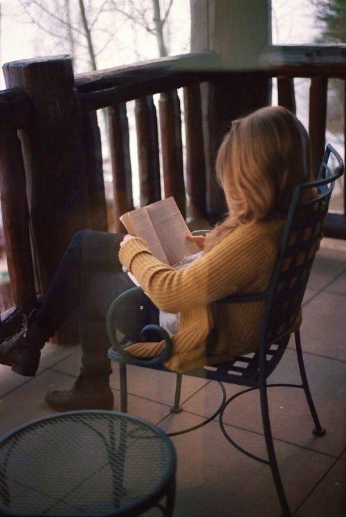 Фото Девушка сидит и читает книгу