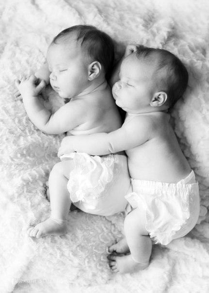 Фото два малыша спят в обнимку