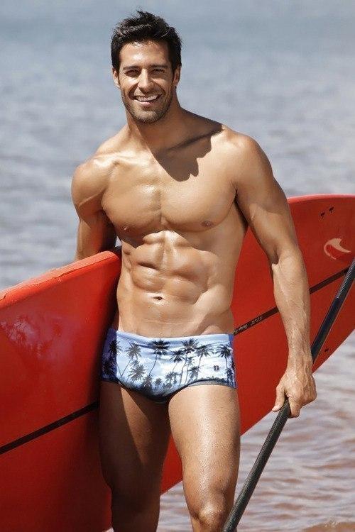 Фото Мужчина с доской для серфинга