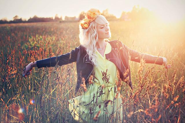 Фото девушка с венком из цветов стоит