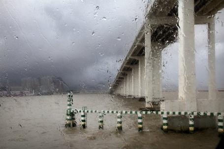 Фото Мост через реку под дождём (© Флориссия), добавлено: 02.10.2012 13:51