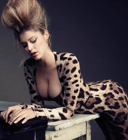 Фото Девушка с пышной прической, в леопардовом комбинезоне облокотилась на стол (© Sveta_Sherer), добавлено: 03.10.2012 02:14