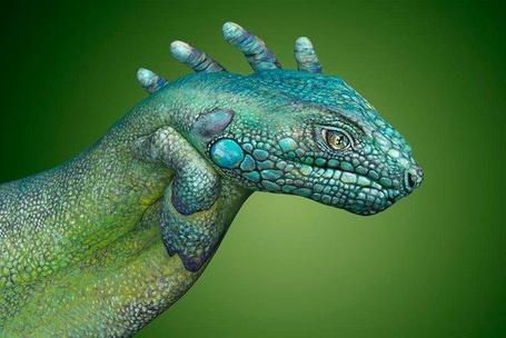 Фото Бодиарт рук ящерица