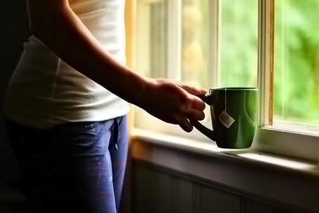 Фото Девушка с  чашкой чая у окна (© Princessa), добавлено: 05.10.2012 03:53