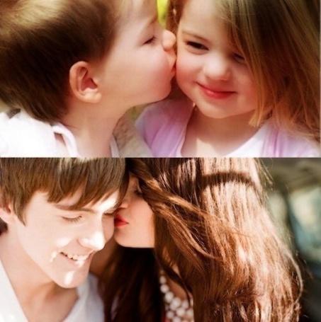 Фото Маленький мальчик целует девочку. Девушка подросток целует парня