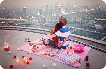 Фото Романтический вечер на крыше дома с видом на город