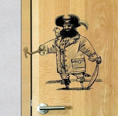 Фото Креативный крючек на двери в виде пирата (© pomawka811), добавлено: 08.10.2012 15:57