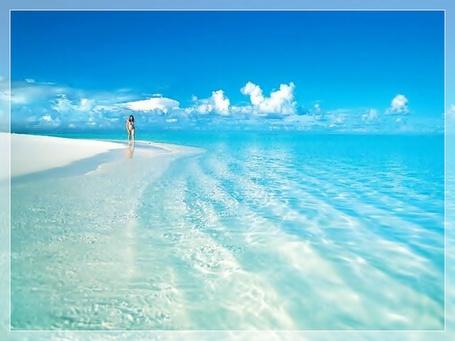 Фото Морское побережье, лазурный берег под голубым небом и редкими облаками
