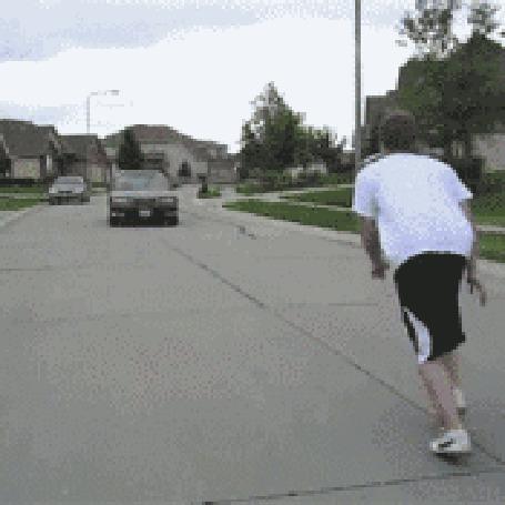 Фото Парень прыгает через едущее авто (© pomawka811), добавлено: 12.10.2012 17:18