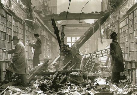 Фото Голландский дом, Лондон / Holland House Library, London, Крыша библиотеки повреждена немецкой бомбой, книги не пострадали. Библиотека открыта для читателей (© Offinn), добавлено: 13.10.2012 09:29
