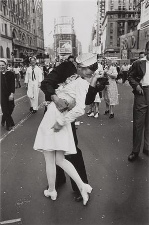 Фото Моряк целует медсестру на площади Тайм Сквер / Times Square в Манхэттене / Manhattan, Нью-Йорк / New York City, США / USA