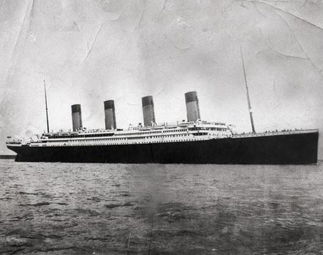 Фото Титаник выходит из Саутгемптона в свой первый и последний рейс 10 апреля 1912 года