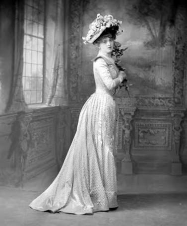 Фото Дама в белом платье с цветком в руках