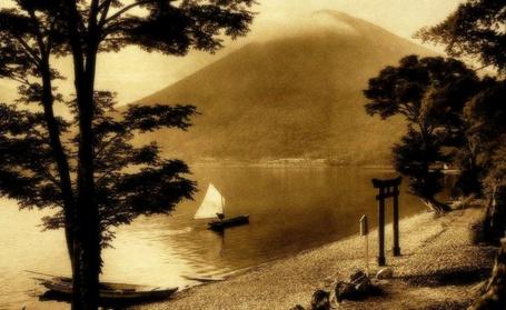 Фото Деревья на берегу озера, по которому плывет рыбацкий парусник, и гора Фудзияма, Япония / Mount Fuji, Japan