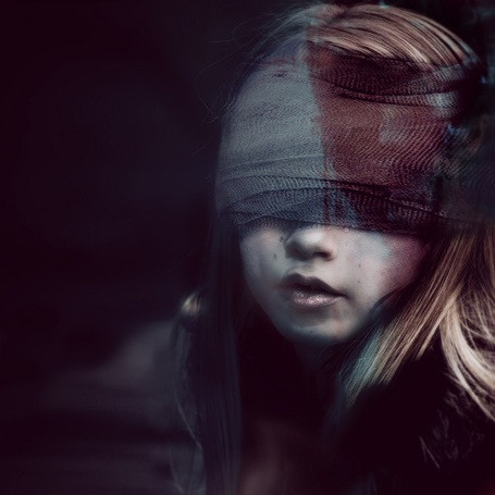 Фото Девочка, глаза которой перемотаны кровавой повязкой, фотограф Jenn Violetta
