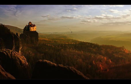 Фото Замок стоит на горе среди леса (© Флориссия), добавлено: 15.10.2012 15:38