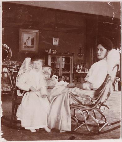Фото Императрица Александра Федоровна, жена царя Николая ll с сыном Алексеем. фото из личного архива Анны Вырабовой, 1910 год (© Felikc), добавлено: 15.10.2012 19:02