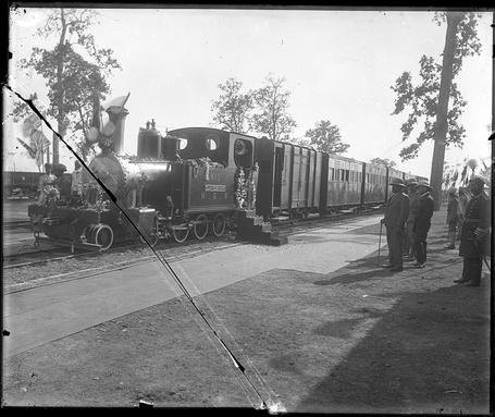 Фото Королевство Непал.Поезд с пассажирами и грузом прибыл из индийского города Калькутты. снимок 1908 года