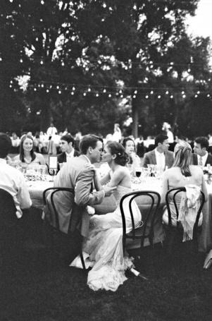 Фото Мужчина с девушкой сидя за столом целуются