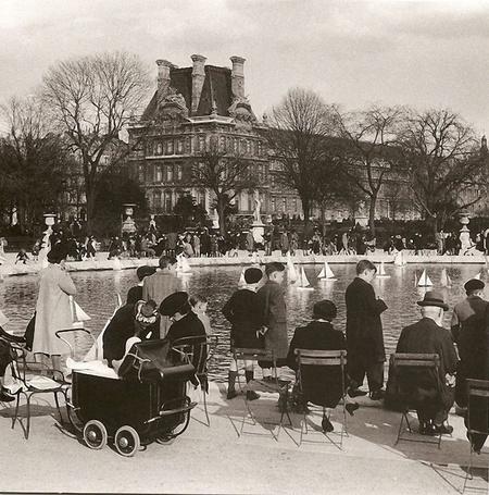 Фото Регата в Тюильри. В марте 1943-го маленькие парижане запускали белые парусники у берегов водоема Тюильри, Париж / Paris