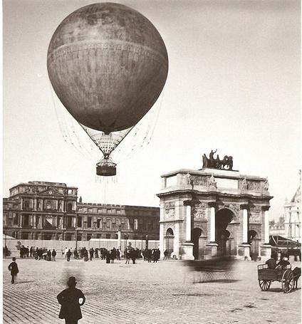 Фото Остатки дворца Тюильри, вид с площади Карусель, Париж / Paris, France / Франция, 1878 год. Шар, привязанный изобретательным воздухоплавателем Жиффардом, позволял оказаться головой в облаках, он мог вместить около 50 пассажиров и поднимался на высоту почти