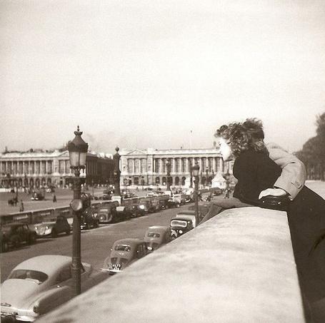 Фото Влюбленные в саду Тюильри, Париж / Paris, France / Франция, наблюдают за маневрами автомобилей на площади Согласия, март 1952 года