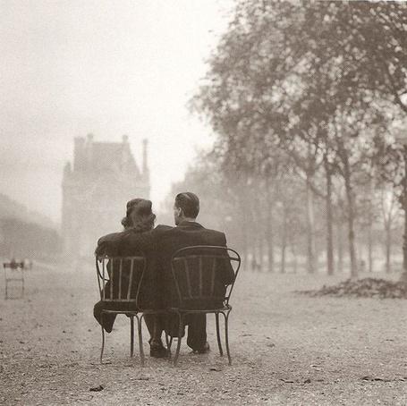Фото Влюбленные одни в целом мире в осенней дымке садов Тюильри, 1945 год, Париж / Paris, France / Франция