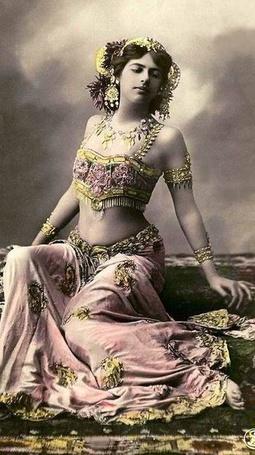 Фото Мата Хари (Mata Hari) — сценическое имя Маргареты Гертруды Зелле 1876- 1917, исполнительница экзотических танцев,  одна из самых известных шпионок Первой мировой войны. Открытка 1906-1907годов