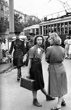 Фото Люди на улице советской Москвы. Фотограф Анри Картье-Брессон 1954- 1955 гг