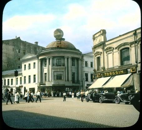 Фото Площадь у здания Торгсина. Москва 1931г. Фото раскрашено анилиновыми красками. Фотограф Брэнсон Де Ку