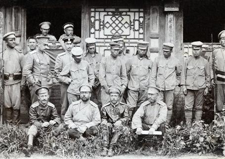 Фото Русско-японская война. Русские офицеры и пленные японцы, фото 1905 года